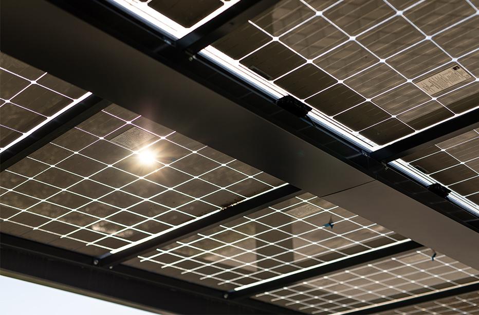 sončna elektrarna od blizu na strehi nadstreška