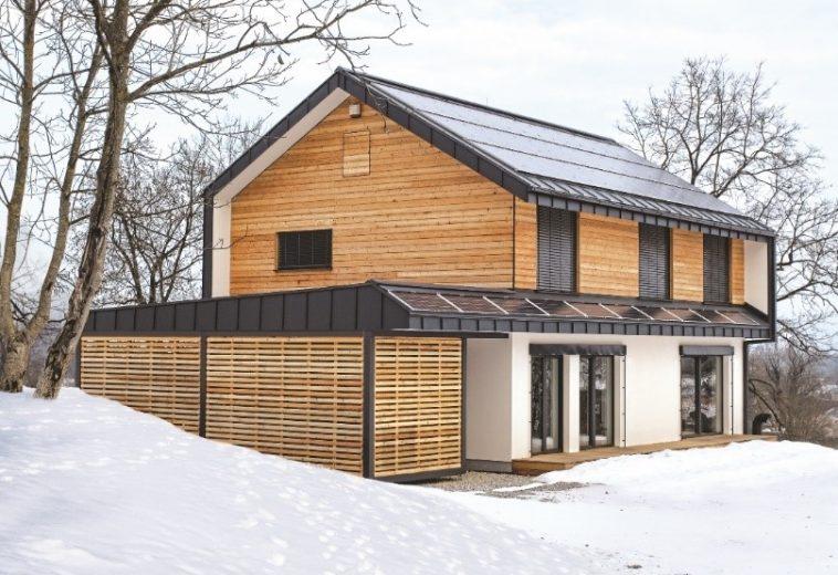 Sončna elektrarna na hiši v zimskih razmerah