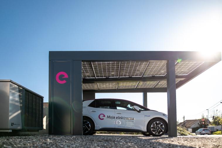 Slika solarnega nadstreška, s katerim se napaja električni avtomobil